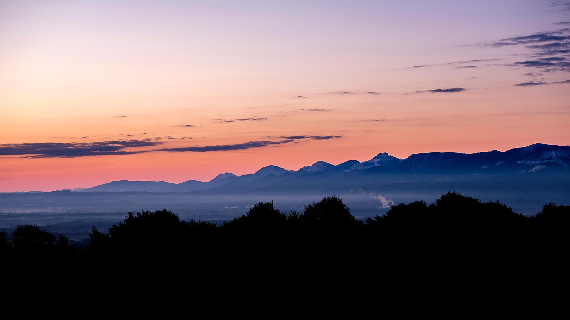 Ein Blick vom Irschenberg in das Mangfalltal und die Berge kurz vor Sonnenaufgang.