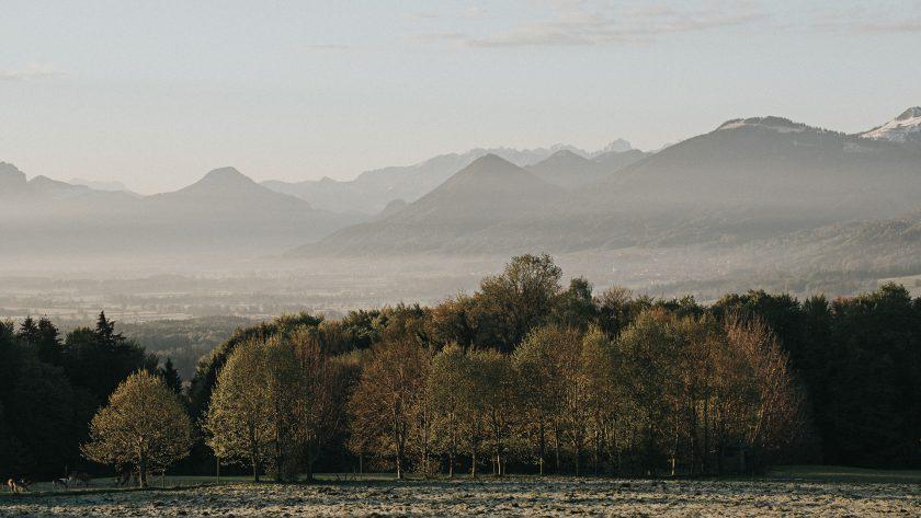 Ein Blick vom Irschenberg in das Mangfalltal und die Berge bei Nebel.